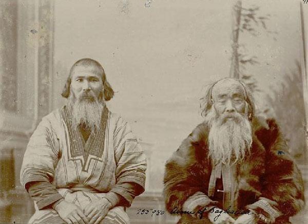 Zdjęcie autorstwa Bronisława Piłsudskiego przedstawiające dwóch Ajnów: z zachodniej (po lewej) i ze wschodniej (po prawej) części Sachalinu, fot. www.cyfroteka.pl)