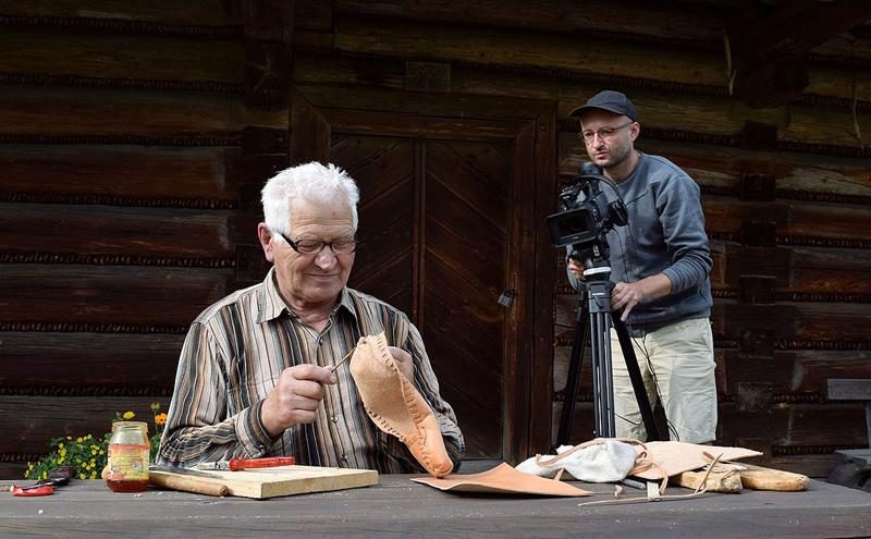 Józef Rucki, wytwórca kierpców z Jaworzynki filmowany przez etnografa z PME w Warszawie, 2016, fot. Marta Malina Moraczewska [CC BY-SA 4.0], via Wikimedia Commons