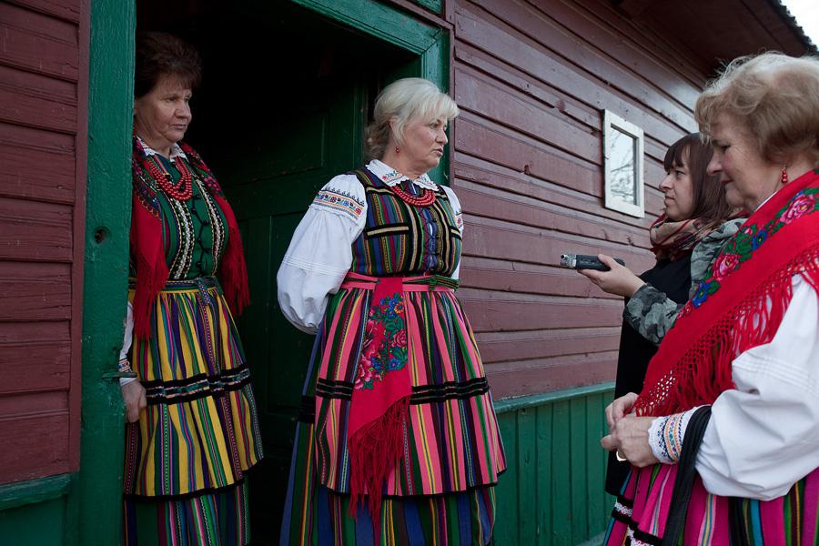 Magdalena Chrapek-Wawrzyniak rozmawia z paniami z Zespołu Folklorystycznego Wieniawa, fot. materiał nadesłany