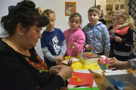 W Lublinie twórcy ludowi uczą jak robić tradycyjne ozdoby choinkowe