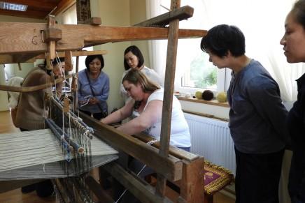 Goście z Japonii z wizytą w Izbie Tkactwa Dwuosnowowego w Janowie
