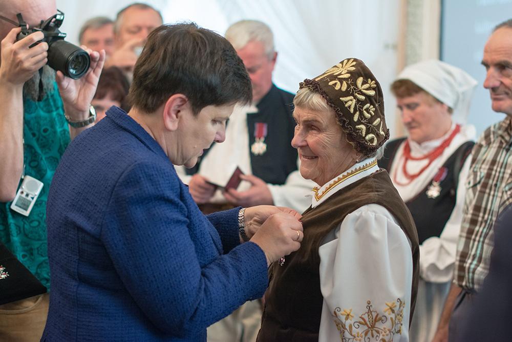 Wicepremier Beata Szydło wręcza Antoninie Olszewskiej Srebrny Krzyż Zasługi, fot. M. Borny