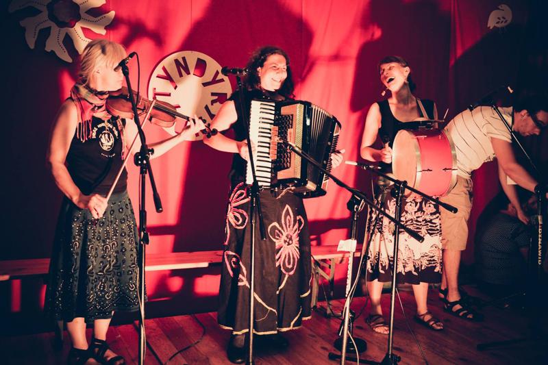 Na zdjęciu: Iwona Sojka i Kasia Jackowska [Jazgodki] oraz Kasia Zedel na barabanie. Tyndyryndy 2012 / www.facebook.com