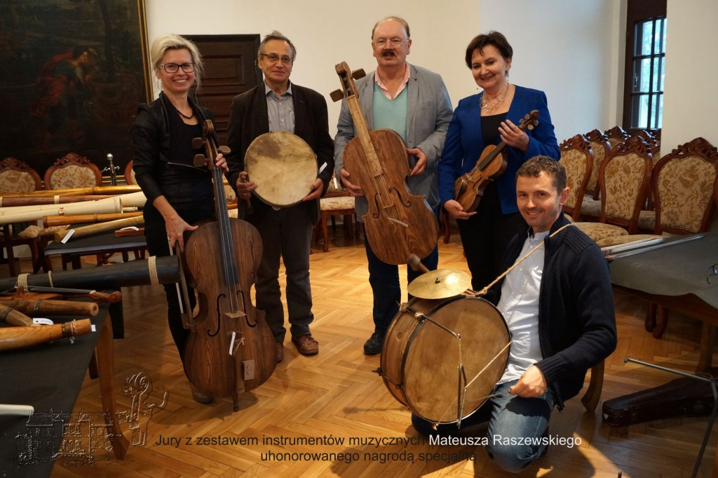 Jury Konkursu prezentuje zestaw instrumentów Mateusza Raszewskiego, który został uhonorowany nagrodą specjalną (od lewej: dr Aneta Oborny, prof. Piotr Dahlig, prof. Zbigniew Przerembski, prof. Ewa Dahlig-Turek, Piotr Piszczatowski)