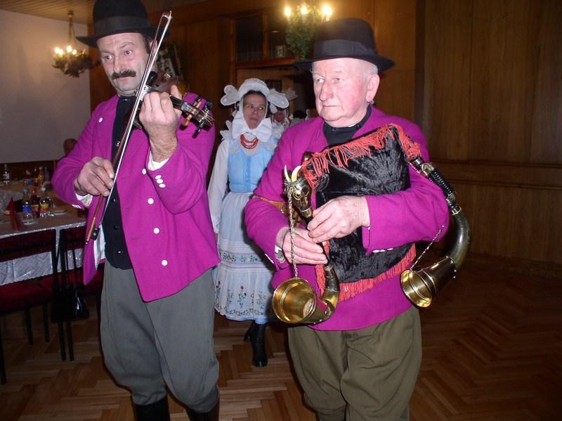 Kapela: Karol Chudy (skrzypce), Stanisław Kubiak (dudy) - Katarzynki, Krobia 2003, fot. J. Tomyślak / www.biskupizna.pl