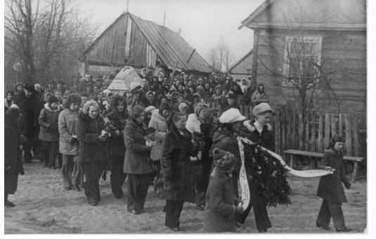 Pogrzeb na wsi Brzozowa, lata 70-te XX w. / www.monki.archiwa.org