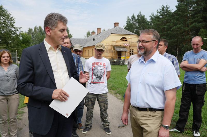 Wicemarszałek Maciej Żywno i Artur Gaweł  Podlaskiego Muzeum Kultury Ludowej (od lewej), fot. www.wrotapodlasia.pl