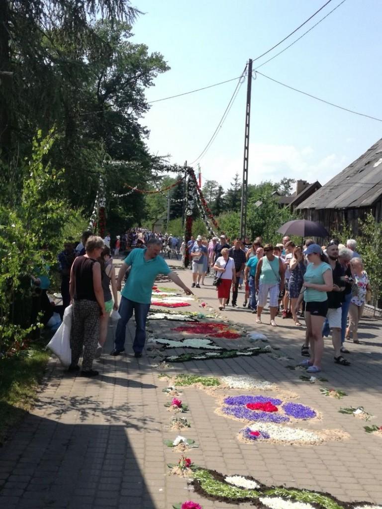 Proces tworzenia dywanów, strojenia bramy, obecność turystów. Spycimierz, Boże Ciało, fot. K. Smyk