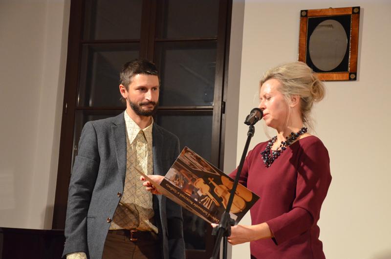 Mateusz Raszewski odbiera nagrodę specjalną za zestaw instrumentów, fot. K. Butryn