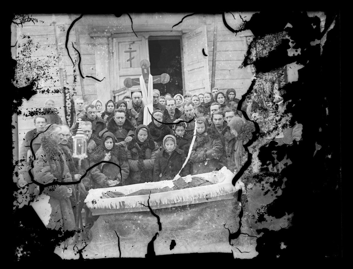 """""""To, co nie umiera, nie żyje"""". Fotografie pogrzebowe z północno-wschodniej Polski"""