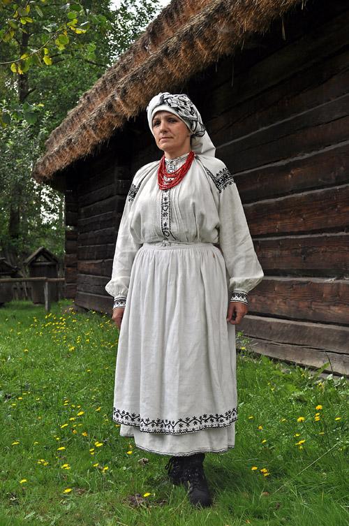 Pracownicy MKL w strojach ludowych. Maria Mazurkiewicz w stroju lasowiackim.
