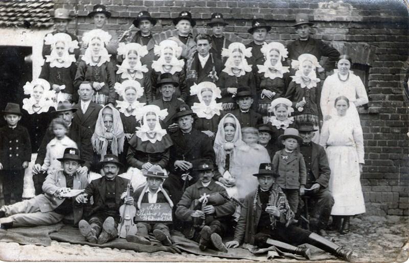 Wesele w Potarzycy - 9 październik 1930; kapela: Antoni Maleszka (dudy), skrzypek nieznany (występuje w filmie Wesele z 1936 roku), fot. www.biskupizna.pl