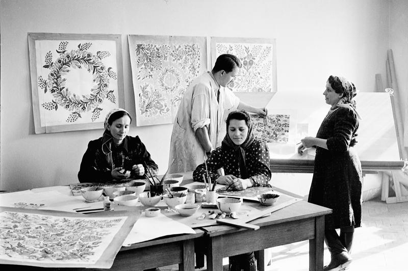 Kurs malowania w Instytucie Wzornictwa Przemysłowego dla twórczyń ludowych z Zalipia (w środku projektant IWP Roman Orłow), 1952