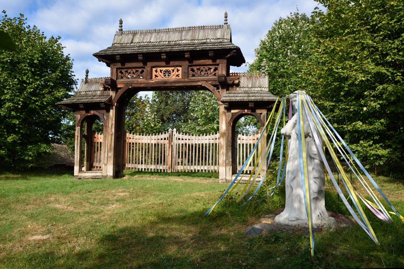 Brama w stylu zakopiańskim z siedliska dworskiego Steckich w Łańcuchowie (lubelskie), fot. www.skansen.lublin.pl