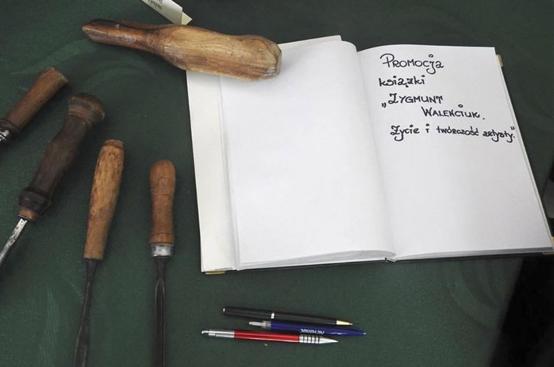 """Promocja książki """"Zygmunt Walenciuk. Życie i twórczość artysty"""", fot. Gminny Ośrodek Kultury w Jabłoniu"""