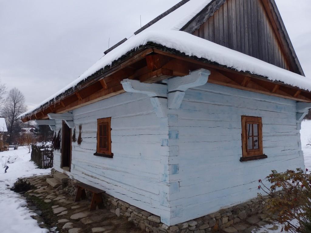 Chałupa z Korbielowa z wystawą przedstawiającą życie wiejskiej zielarki. Żywiecki Park Etnograficzny, fot. Justyna Michniuk