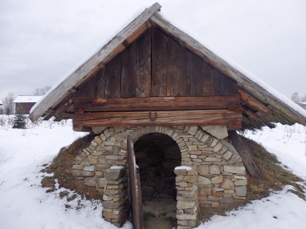 Typowa piwnica na mięso solone w beczkach, mleko czy ser. Żywiecki Park Etnograficzny, fot. Justyna Michniuk