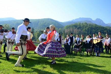 51. Międzynarodowy Festiwal Folkloru Ziem Górskich. Spotkanie z tradycją i radosna weselna zabawa