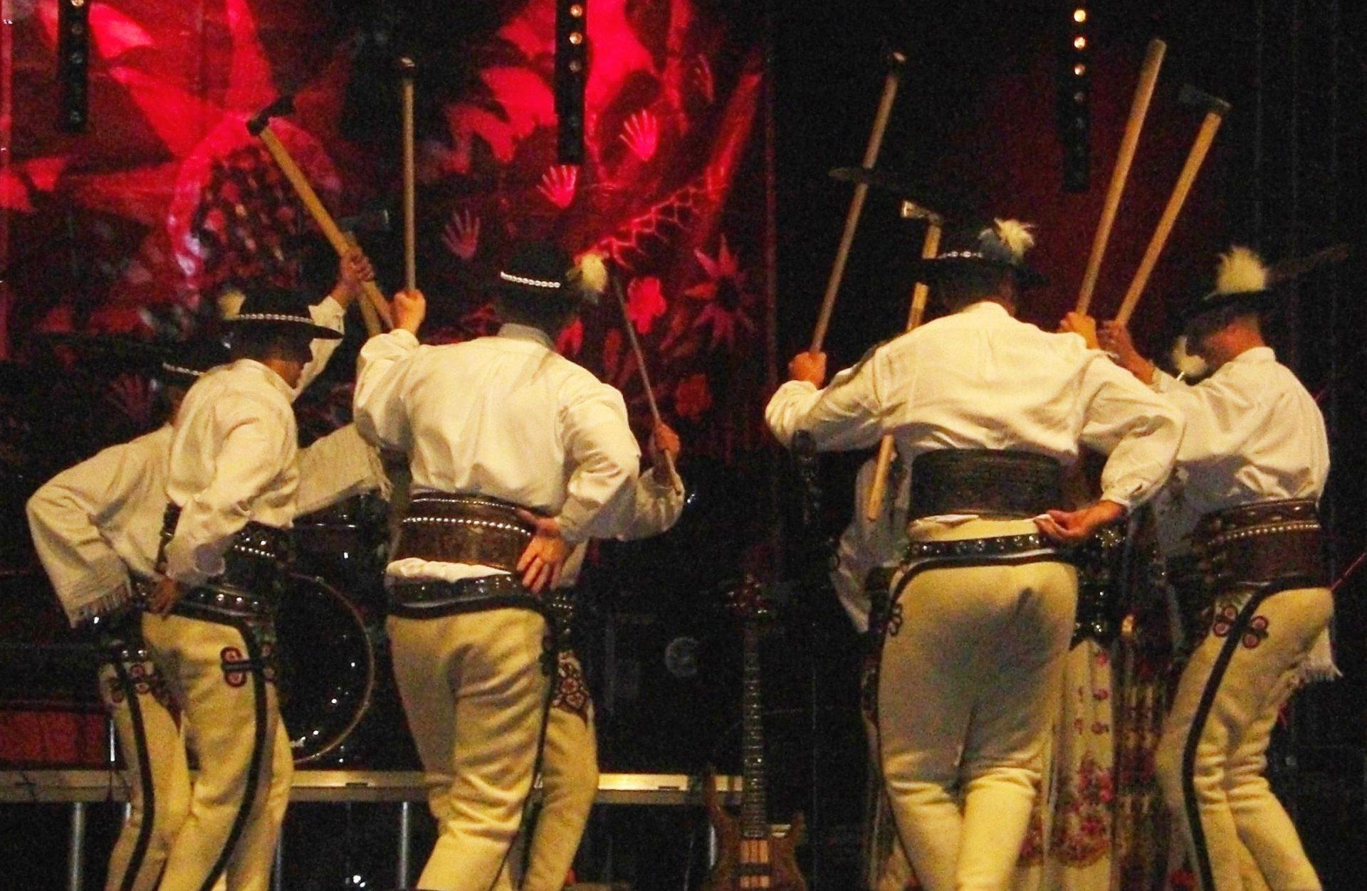Tańce góralskie i zbójnickie prezentowane podczas Góralskiego Karnawału w Bukowinie Tatrzańskiej